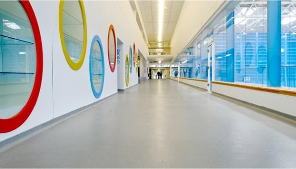 Poliuretaninės ir epoksidinės higieninės grindų dangos, pasižyminčios ypatingu atsparumu ir lengva priežiūra